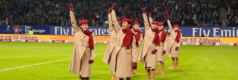 Visibilité terrain pour Emirates Stadium avec des hôtesses parodiant les consignes de sécurité d'un avion