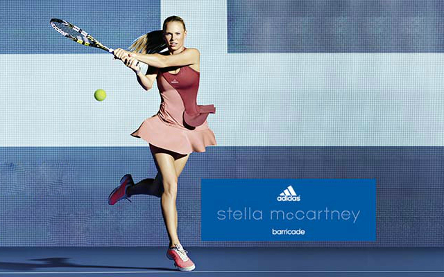 Co branding entre Adidas et Stella Mc Cartney illustré par la joueuse de tennis Caroline Wozniacki
